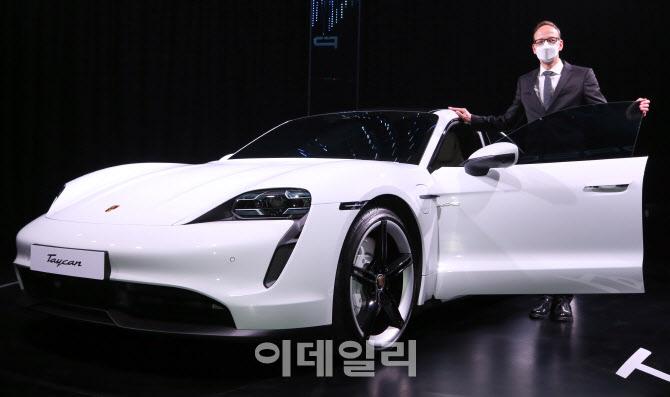 슈퍼카도 전기차 시대 '타이칸 4S' 국내 정식 출시