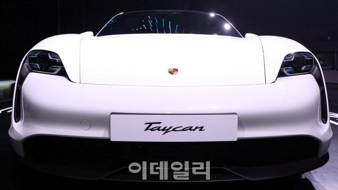 미래지향적인 '포르쉐 타이칸 4S'의 앞모습