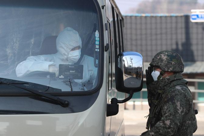 '집단 감염' 軍 확진자 6명 추가…누적 400명 돌파