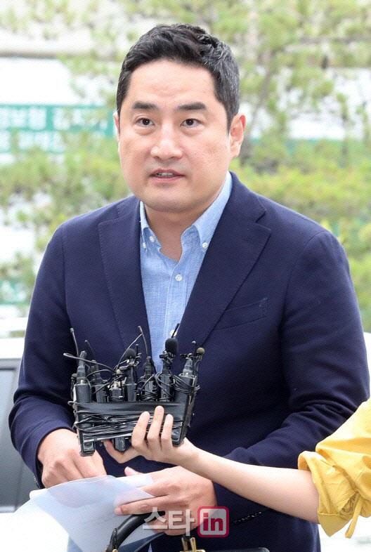 """강용석, 경찰에 체포된 이유…""""文대통령·이만희 사진 때문"""""""