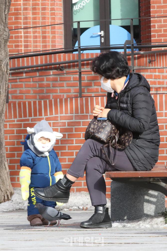 [포토]한파 물러나고 포근한 날씨에 산책 나온 아이