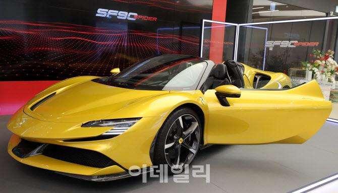 오픈에어링의 매력을 더한 페라리 'SF90 스파이더' 공개
