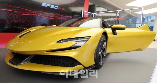 오픈에어링의 매력을 더한 페라리 'SF90 스파이더' 한국 상륙