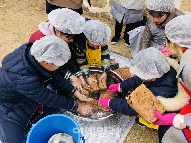 """[동네방네]""""된장·고추장 함께 담가요""""…강남구 '전통 장 아카데미'"""