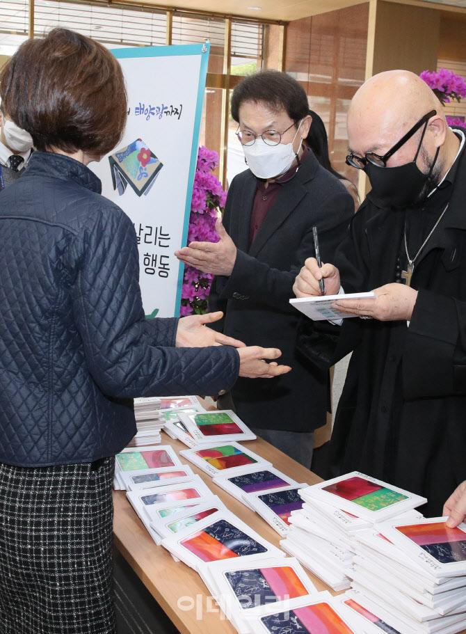 [포토]조희연 교육감-이상봉 디자이너 '손수건 사용 독려 캠페인'