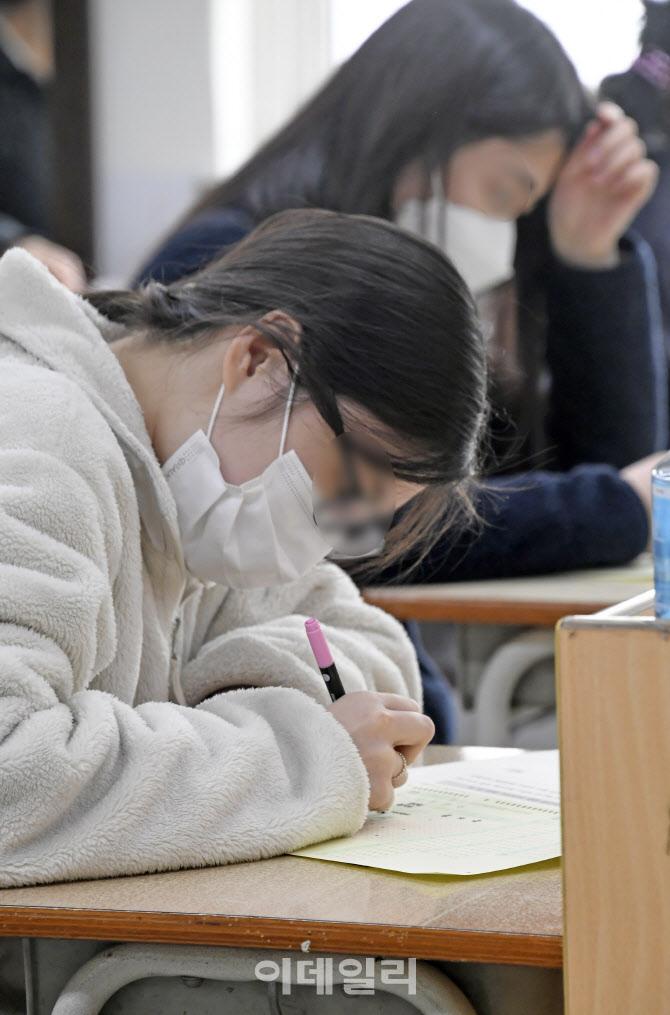 [포토]3월 전국연합학력평가 '끝까지 최선을'