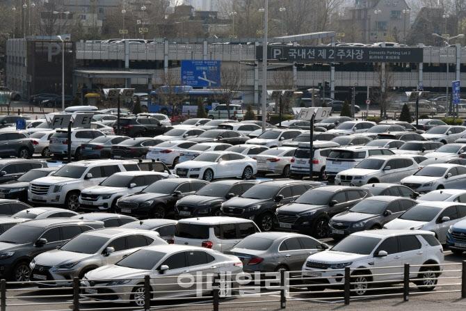 [포토]따스한 봄 맞아 김포공항 국내선 주차장 만차