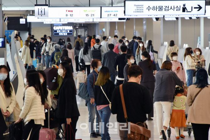 [포토]봄나들이객들로 김포공항 '인산인해'
