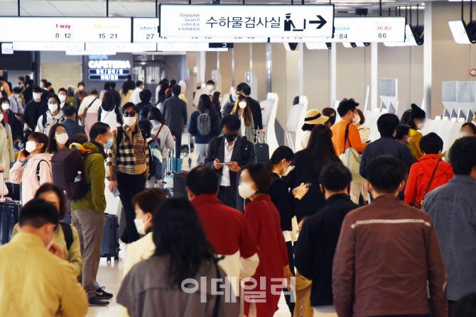 [포토]봄나들이객들로 김포공항 국내선 '인산인해'