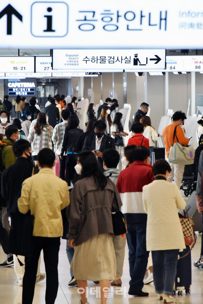 [포토]김포공항 국내선, 봄나들이객들로 '인산인해'