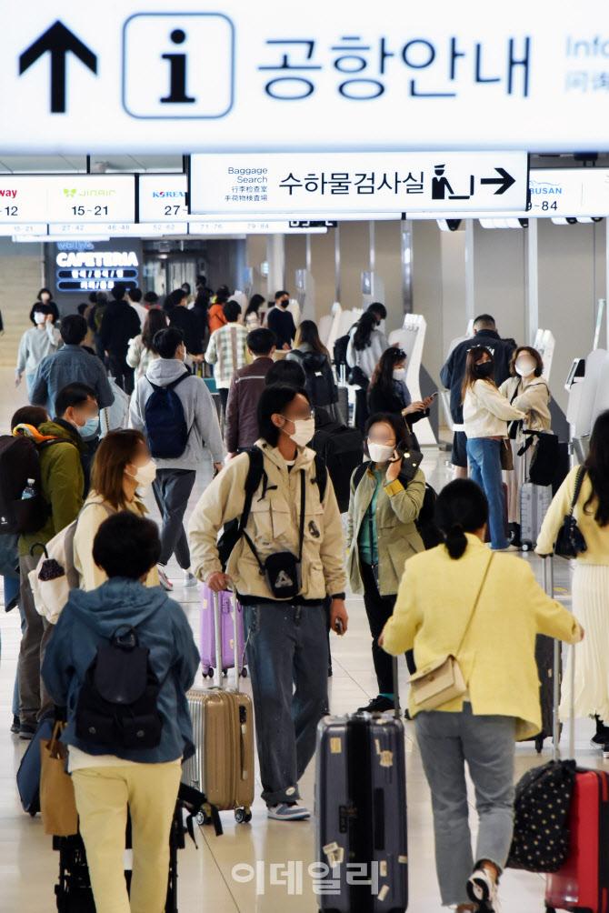 [포토]공항 국내선, 봄나들이객들로 '북적북적'