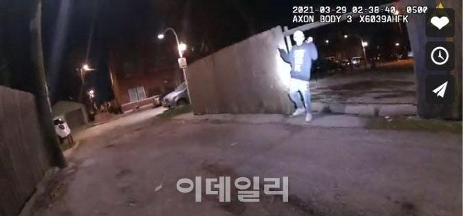 '무장대치했다' 주장하던 美 경찰…양손 든 13세 소년 사살 영상 공개