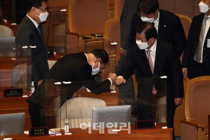 [포토]악수하는 박병석-홍남기