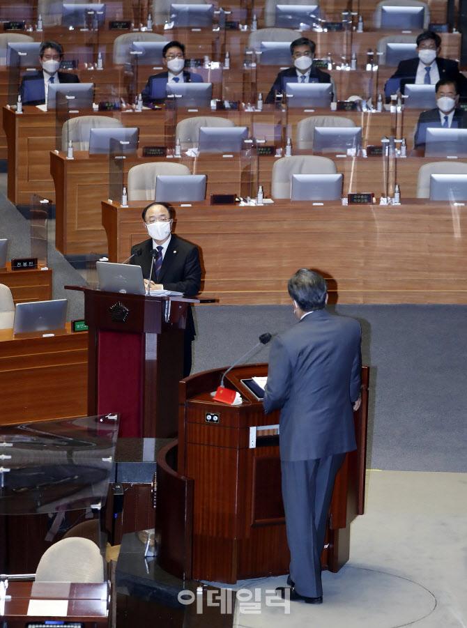 [포토]대정부 질문에 답하는 홍남기