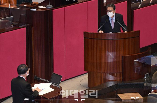 [포토]정치·외교·통일·안보 분야 대정부 질의 받는 홍남기