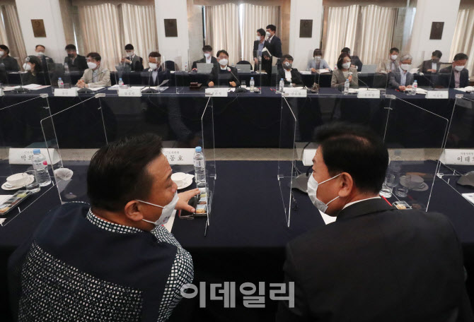 [포토]대화 나누는 이동호 위원-류기정 위원
