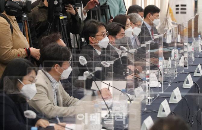 [포토]위원들의 발언 경청하는 박준식 위원장