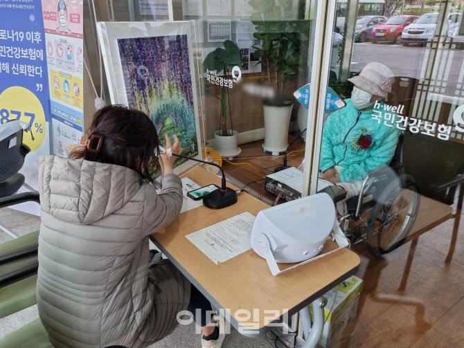 """""""꽃도 못 달아드리고""""…'코로나 어버이날' 애끓는 유리벽 상봉"""