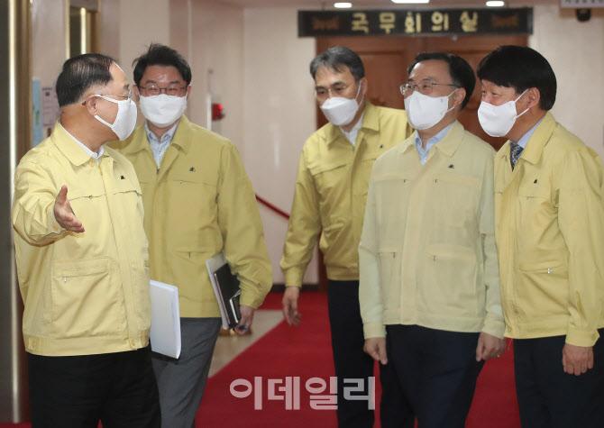 [포토]신임장관들 안내하는 홍남기 직무대행