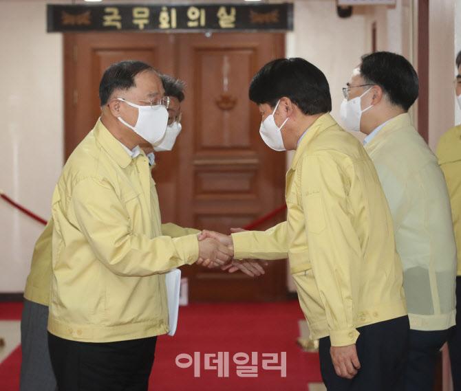 [포토]신임장관들과 인사 나누는 홍남기 직무대행