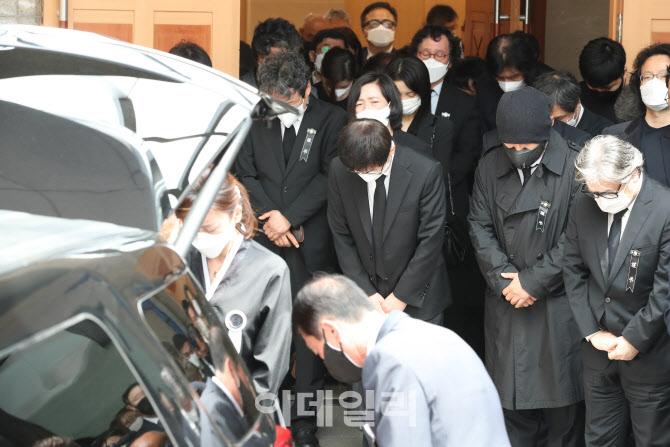 [포토]이춘연 영화인회의 이사장을 향해 고개 숙인 참석자들