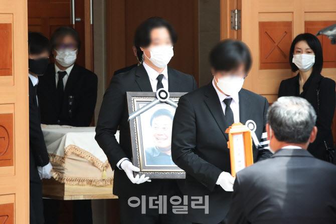 [포토]이춘연 영화인회의 이사장 명패와 영정 그리고 운구