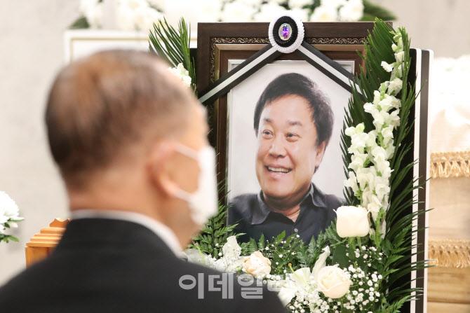 [포토]영정 속 밝게 웃은 고 이춘연 영화인회의 이사장