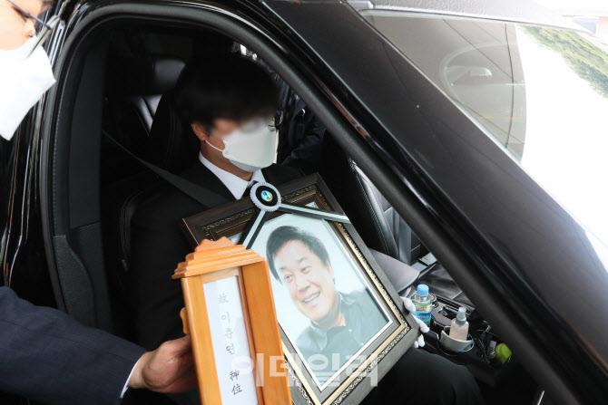 [포토]운구차에 탄 고 이춘연 영화인회의 이사장 영정