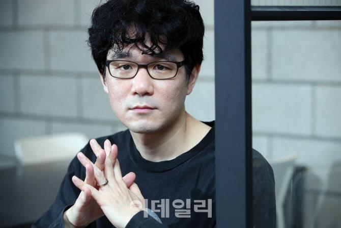 """장강명 """"출판사 인세 누락, 예외적 일탈 아니다""""…출협 반박"""