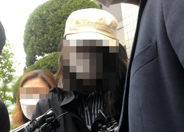 """'급식에 이물질 넣은 혐의' 유치원 교사 구속심사…학부모 """"구속하라"""""""