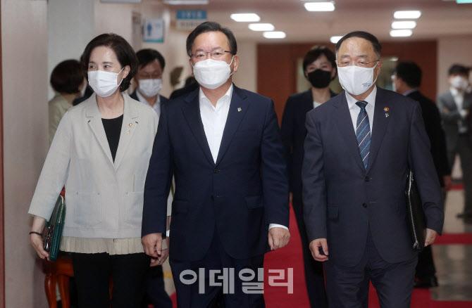 [포토]김부겸 총리-홍남기 부총리-유은혜 부총리, 회의장으로 이동