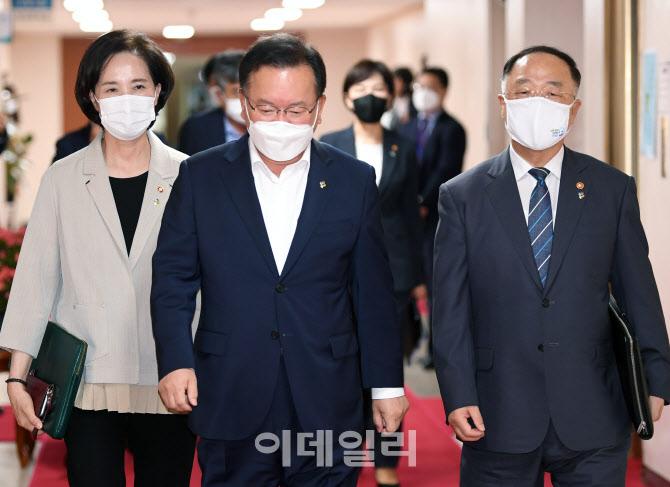 [포토]김부겸 총리-홍남기 부총리-유은혜 부총리, 회의실로 이동