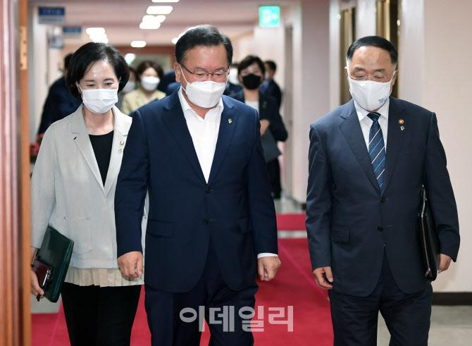 [포토]나란히 입장하는 김부겸 총리와 홍남기·유은혜 부총리
