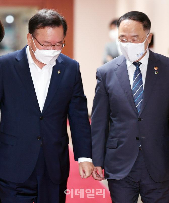 [포토]대화 나누는 김부겸 총리-홍남기 부총리