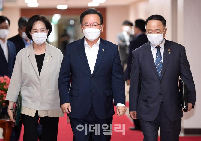 [포토]나란히 입장하는 총리와 홍남기·유은혜 부총리
