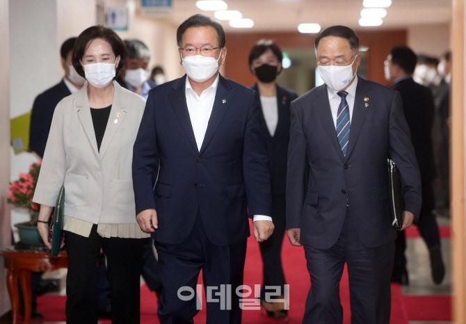 [포토]국무회의실로 이동하는 김부겸 총리-홍남기·유은혜 부총리