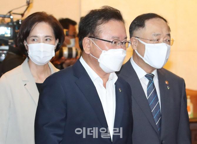 [포토]회의장 입실하는 김부겸 총리-홍남기·유은혜 부총리
