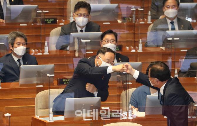 [포토]국회 본회의장에서 인사 나누는 김부겸-홍남기
