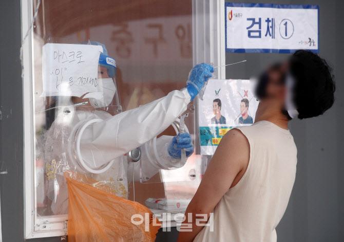 [포토]코로나19 신규확진 429명...백신 1차 접종 1500만 명 돌파