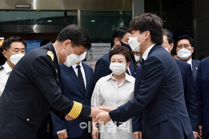[포토]악수하는 이준석 대표-이상규 본부장