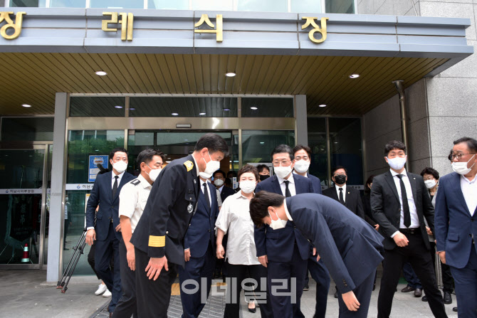 [포토]장례식장 앞에서 본부장에게 인사하는 이준석 대표