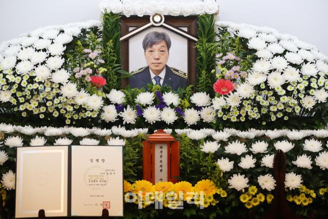 [포토]'쿠팡 물류센터에서 순직' 김동식 구조대장 빈소에 놓여진 임명장