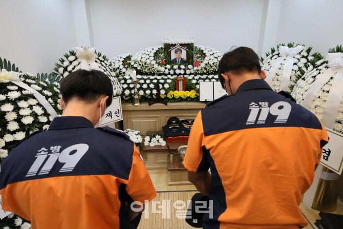 [포토]김동식 구조대장 빈소, 소방관들의 조문
