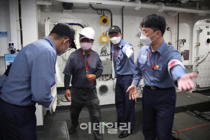 [포토]해군 장병들 안내받으며 접종센터로 이동하는 주민들