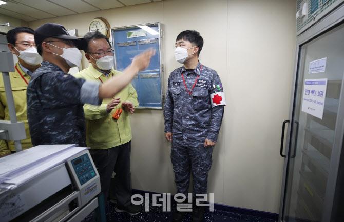 [포토]해군 한산도함 백신 보관함 확인하는 김부겸 총리