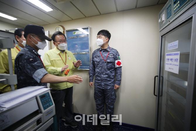 [포토]해군 한산도함 코로나19 백신 보관함 확인하는 김부겸 총리