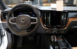 볼보 '신형 XC60'의 스티어링휠과 내비게이션
