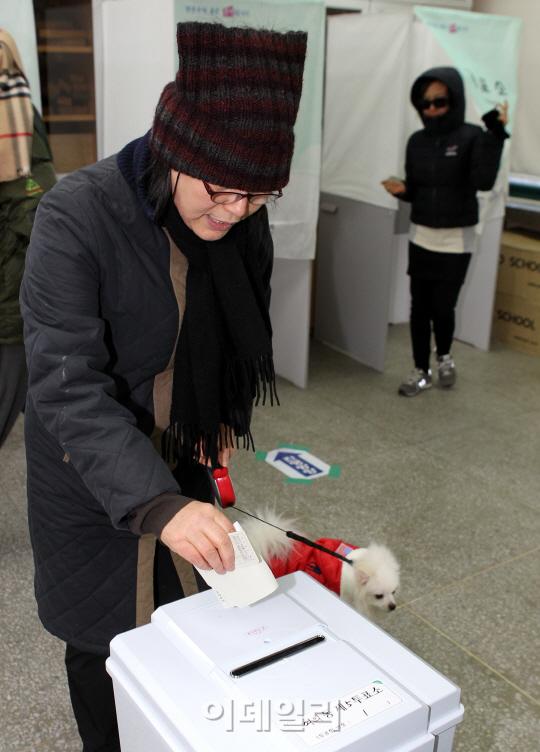 투표소에 나타난 견공
