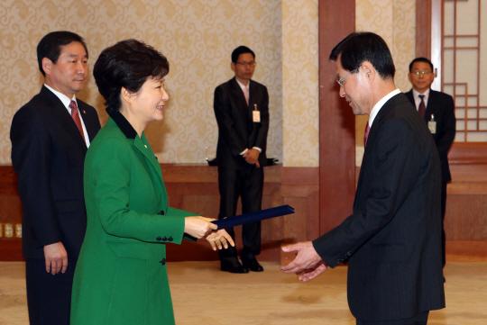 [포토] 임명장 수여하는 박 대통령