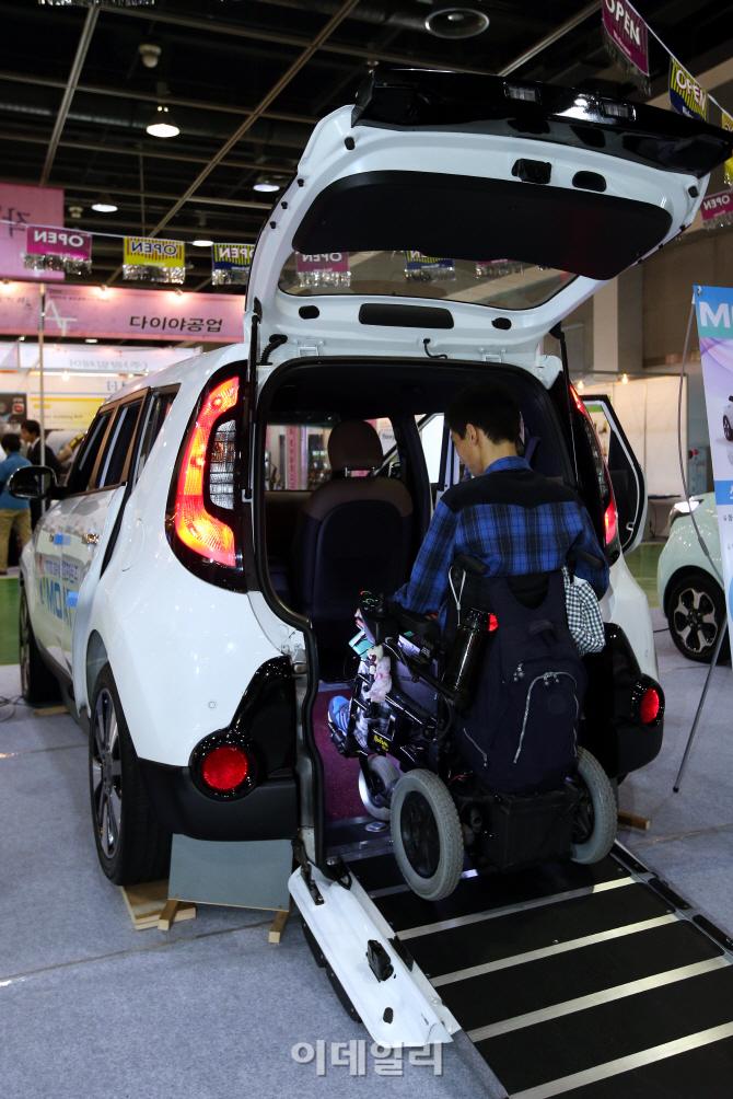 '편한 탑승을 도와주는 휠체어 슬로프차'
